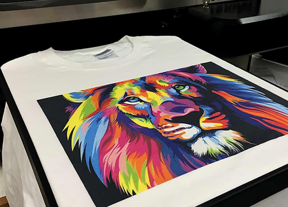 Печатает картинки на футболке